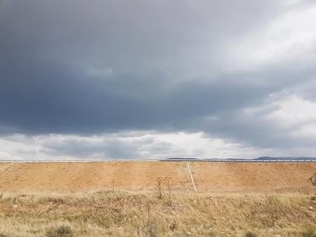 背景に高速道路と曇り空の景色
