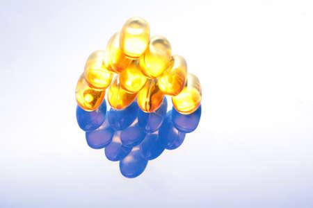 piramide nutricional: Las píldoras de aceite de pescado colocados en forma de pirámide Foto de archivo