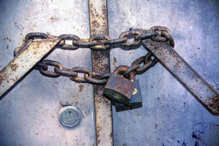 puerta de metal: encadenados puerta met�lica