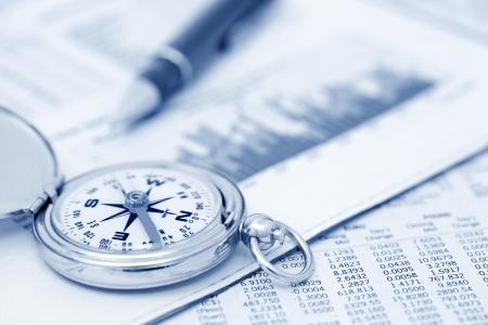 Kompas en papers over financiële kwesties Stockfoto