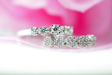 Beautiful diamond rings placed on a pink background. 版權商用圖片