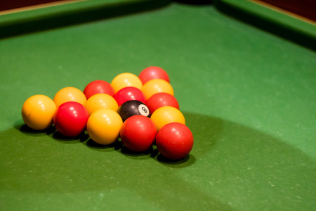 Pool balls set up on a pool table, taken at an angle Banque d'images