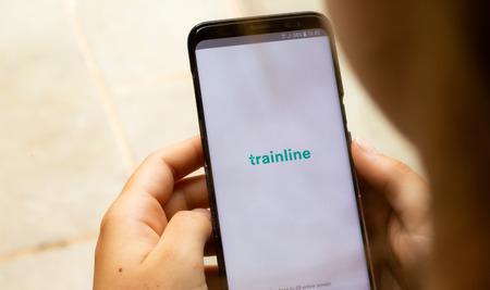 Lincoln, Großbritannien - 16.07.2018: Der Ladebildschirm für die Trainline-App, der es den Menschen ermöglicht, elektronische Tickets zu verwenden und die Zeiten in Großbritannien zu überprüfen. Editorial