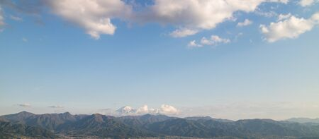 A row of mountains and the peak of MT. Fuji, taken in Yamanashi prefecture Foto de archivo - 130811849