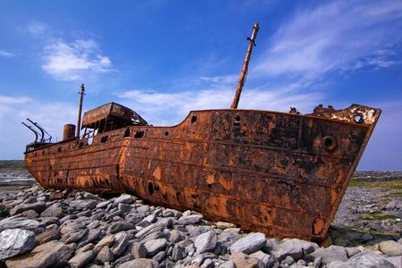 Fracht-Schiff erlitt Schiffbruch während eines Sturms vor der Küste der Insel Standard-Bild