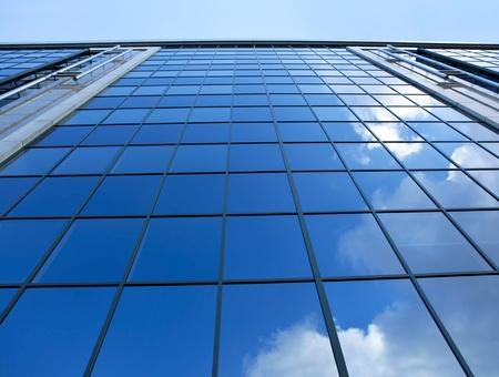 Ein Wolken Reflexion in der Glaswand Geschäftshaus