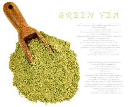 Japanische grünes Pulver Matcha Tee isoliert auf weiß. Kopieren Sie Platz für Ihren Text.