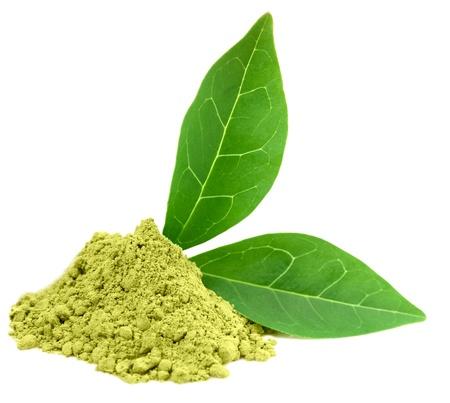 Grüner Matcha Tee Pulver isoliert auf weiß.