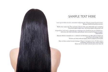 cabello lacio: La mujer con largo cabello lacio castaño saludable aislado en blanco
