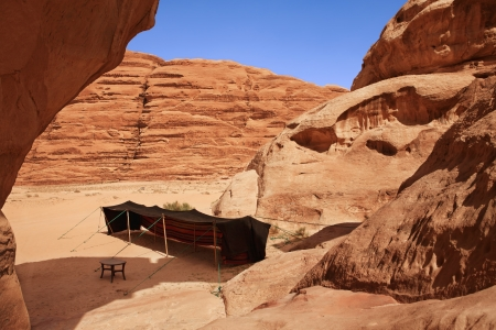 Ein Beduinenzelt in einem steinigen Tal Wadi Rum in Jordanien Standard-Bild