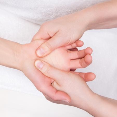 Qualifizierte Therapeuten tun therapeutischen Handflächenmassage