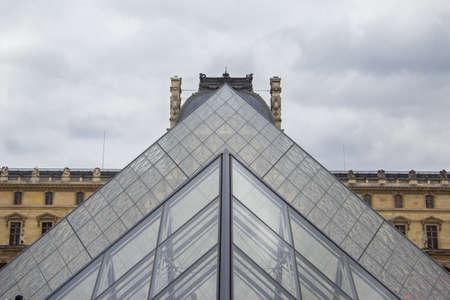louvre: Louvre Pyramids