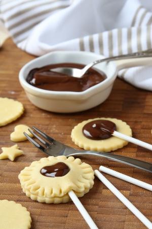 Galletas hechas en casa dulces de mantequilla con chocolate salta, el proceso de cocci�n, paso 3