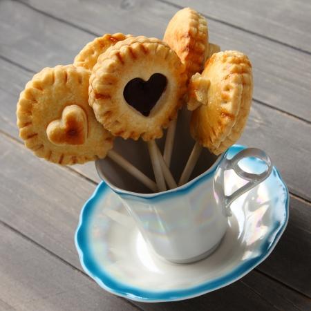 Galletas hechas en casa dulces de mantequilla con chocolate aparece en la taza