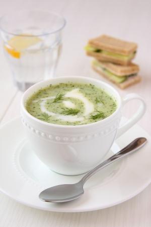 Sopa fr�a de pepino con eneldo, yogur y s�ndwiches Foto de archivo