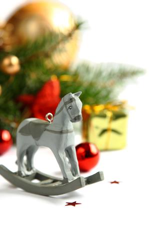 weihnachten gold: Weihnachten Komposition mit Holzspielzeug Schaukelpferd Lizenzfreie Bilder