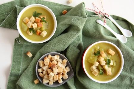 Sopa de patata dulce cremoso con trocitos de pan y el perejil en un recipiente blanco