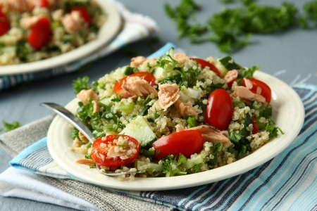 Tabbouleh salad with quinoa, salmon, tomatoes, cucumbers and parsley Standard-Bild