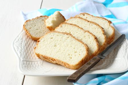 Recién salido del horno en rodajas sin gluten pan en el plato Foto de archivo - 26897416