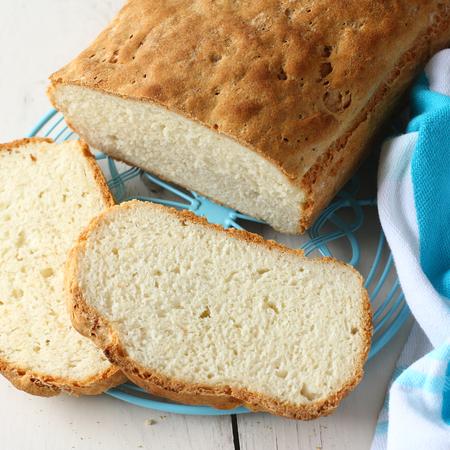 Hecho en casa sin gluten pan en la rejilla de metal azul Foto de archivo