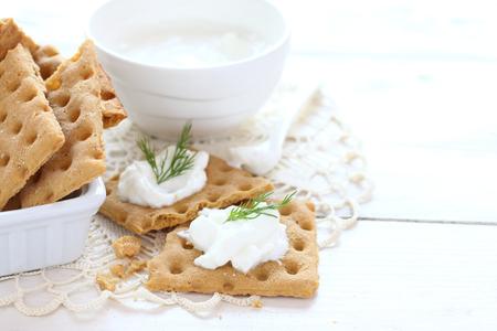 botanas: Galletitas con queso crema y eneldo Foto de archivo