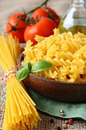 Sin cocer la pasta sin gluten de mezcla de ma�z y harina de arroz