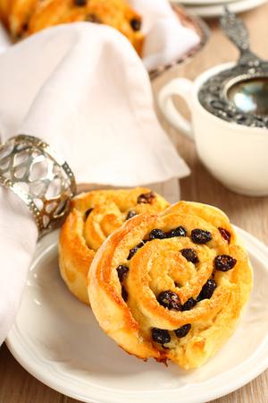Libre de gluten bollos dulces remolino frescas con pasas de uva para el desayuno Foto de archivo
