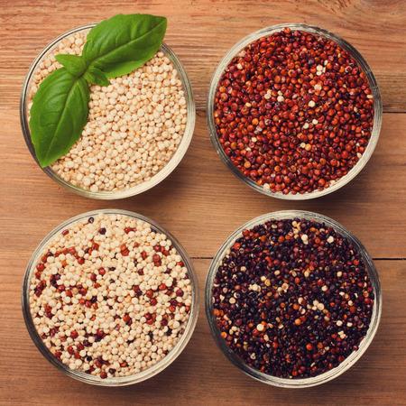 Blanco, rojo, negro y mezclados grano de quinua cruda Foto de archivo - 40389121