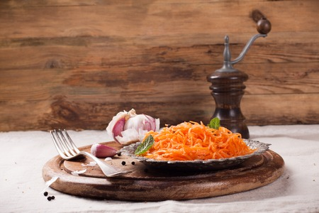 Picante ensalada de zanahoria estilo coreano en la placa de metal