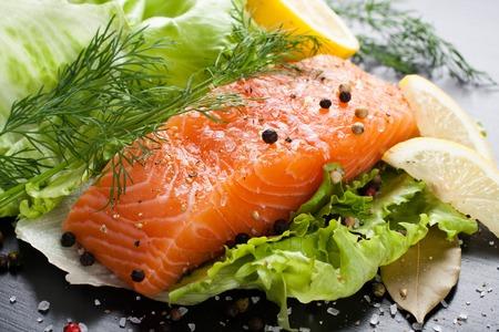 lechuga: Delicioso filete de salmón, rico en ácidos grasos omega 3 de aceite