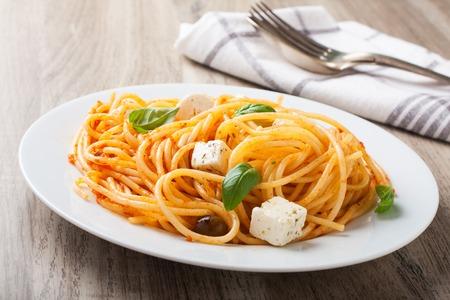 pastas: Spaghetti al pomodoro, uno de los platos rústicos italianos más simples con la pasta arrojó en una salsa de tomate, albahaca, ajo y un poco de azúcar y aceite.