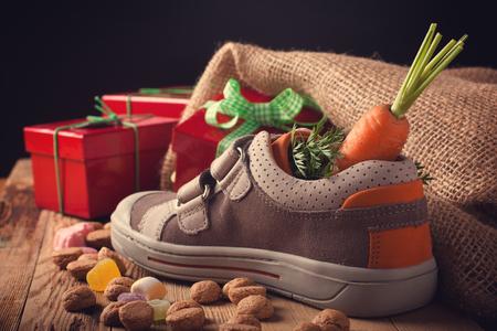 'Schoentje Zetten', een traditionele scène voor de Nederlandse vakantie 'Sinterklaas'. Selectieve aandacht. Retro stijl afgezwakt. Stockfoto