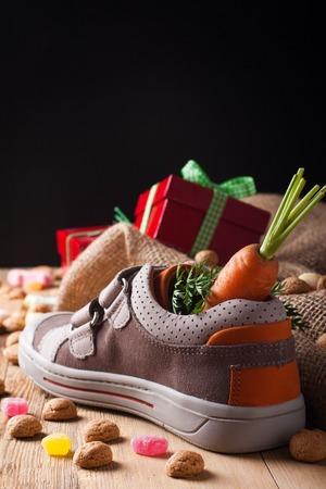 'Schoentje Zetten', een traditionele scène voor de Nederlandse vakantie 'Sinterklaas'. Selectieve aandacht.