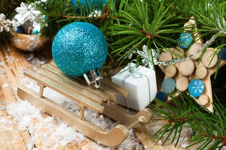 arbol de pino: Composici�n de la Navidad con el trineo, bola de Navidad y la decoraci�n en la nieve. Concepto de tarjeta de felicitaci�n de Navidad. Foto de archivo