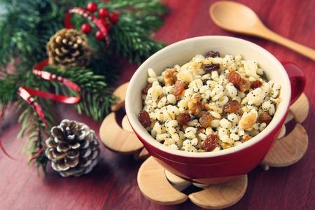 Kutia ポット。ウクライナ、ベラルーシ、ポーランドの伝統的なクリスマス甘い食事。トーンの写真。