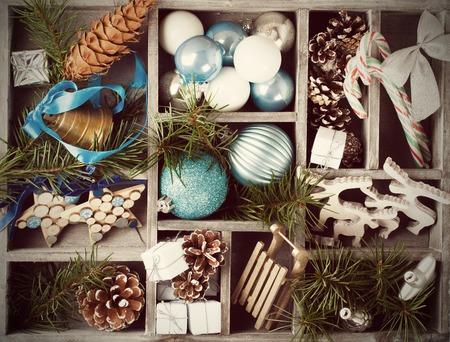 decoraciones de navidad: Decoración de Navidad con ramas de árboles de Navidad en caja de madera. Vacaciones de invierno el concepto. estilo retro tonificado.