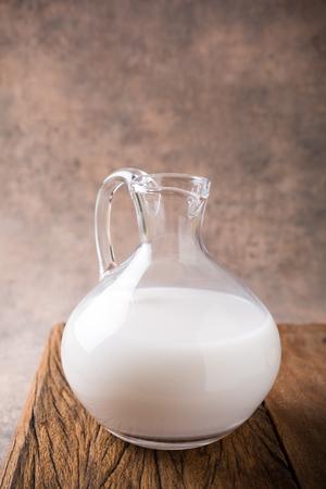 intolerancia: leche de arroz fresco en una jarra de vidrio. Helthy, intolerancia a la lactosa, la dieta y el concepto vegetariana. Foto de archivo