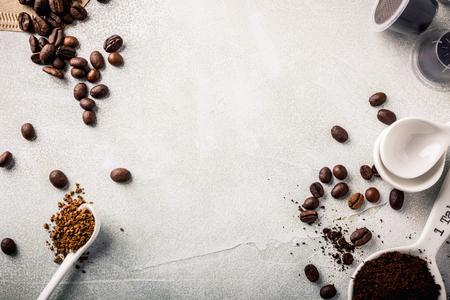 Fondo con café surtido, granos de café, molido e instantáneo, pastillas y cápsulas, estilo retro tonos, copia espacio, vista desde arriba. Foto de archivo - 70537059