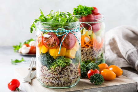 Glass jar with quinoa and vegetables salad. Healthy food, diet, detox, clean eating and vegetarian concept. Standard-Bild