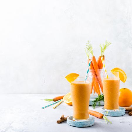 にんじんスムージー、オレンジとシナモン ガラスの瓶や食材で健康的な朝食。デトックス、ダイエット、健康、ベジタリアン食品コンセプト コピー