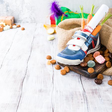 Holenderska wakacyjna kompozycja Sinterklaas z butem dla dzieci z marchewką dla konia Mikołaja i słodyczy z miejscem na kopię