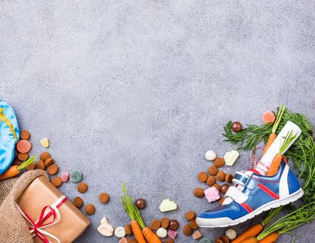 Holenderski wakacje Sinterklaas tła z butów dla dzieci z marchewką dla koni Santas, pepernoten i słodycze z miejsca kopiowania. Widok z góry. Zdjęcie Seryjne