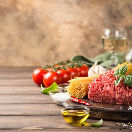 Ingredients for spaghetti Bolognaise or Bolognese with savory minced beef and tomato, basil and spices. Italian healthy food concept with copy space. Stockfoto