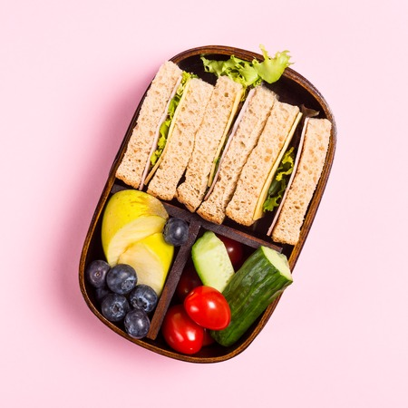 School wooden lunch box with sandwiches Banque d'images