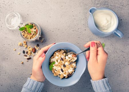 Healthy food background with homemade oatmeal granola or muesli with yogurt and fresh berries for healthy morning breakfast, top view, copy space. Foto de archivo - 133589576