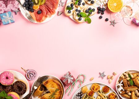 Christmas dinner party table, holiday food concept background, top view, flat lay with copy space Foto de archivo - 133589622