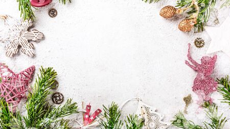 Flat lay of frame with christmas tree, festive decoration and bokeh. Copy space, winter holidays greeting card, top view. Foto de archivo - 133589638