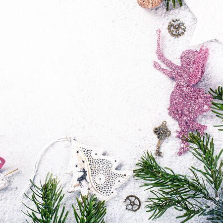 Festive background with christmas tree and decoration. Copy space, winter holidays greeting card, flat lay, top view. Foto de archivo - 133589786