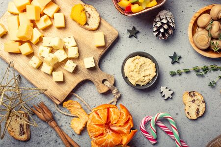 Christmas dinner party table, holiday vegeterian food concept background, top view, flat lay Foto de archivo - 133589799