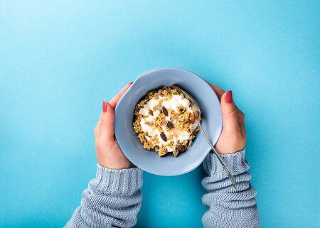 Oat granola with berries and yoghurt Foto de archivo - 134471641